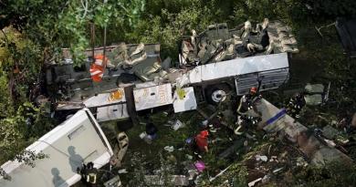 Italiassa tuhoisa bussiturma, Budapestin lukiolla muistetaan uhreja