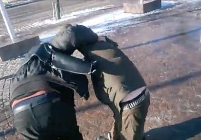 Äärivasemmistolainen hyökkäsi Suomi Ensin leiriin – Häirikkö päätyi poliisiautoon (video)