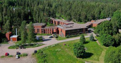 Video: Perussuomalaisista eronnut Pekka Sinisalo käy käsiksi vastaanottokeskusta kuvanneeseen